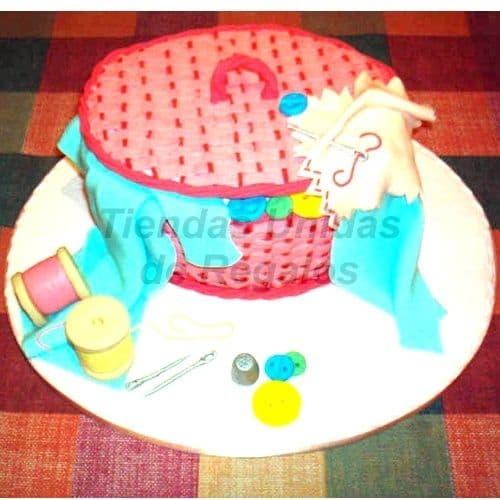 Torta  Cesta  de costura19 - Codigo:WNA19 - Detalles: Torta a base de keke ingles con medida de 25 cm de diametro. Incluye decoracion en forma de cesta. Almoadita para colocar alfileres, tambien carretes de hilo de azucar. Todo en una base de masa elastica - - Para mayores informes llamenos al Telf: 225-5120 o 4760-753.