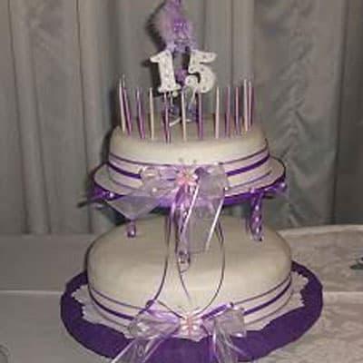 Deliregalos.com - Torta quincea�era 36 - Codigo:WQC36 - Detalles: Deliciosa torta de keke De Vainilla   , ba�ada con manjar blanco y forrada con masa elastica con las siguientes medidas: 1er piso de 25cm de di�metro, 2do piso de 20cm de di�metro, incluye lazos y n�mero 15, no incluye velas, incluye estructura forrada en tela - - Para mayores informes llamenos al Telf: 225-5120 o 476-0753.