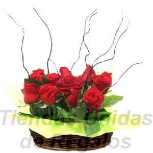 Arreglo de Rosas 01 - Codigo:XBR01 - Detalles: Impresionante arreglo compuesto por 10 rosas en tono rojo, plantas y follajes de estación, palitos rizados toda una linda base de mimbre. - - Para mayores informes llamenos al Telf: 225-5120 o 4760-753.