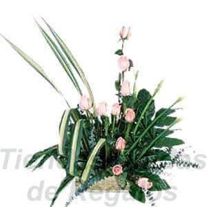 Arreglo de Rosas 04 - Codigo:XBR04 - Detalles: Lindo arreglo compuesto por 10 rosas importadas en tono rosado, gracenia, plantas y follajes de estaci�n, todo en una bonita base de mimbre, incluye una tarjeta de dedicatoria.Este arreglo debe ordenarse con 24 horas de anticipaci�n, la empresa podr� cambiar el color de las rosas para que su pedido llegue el mismo d�a de la entrega.    - - Para mayores informes llamenos al Telf: 225-5120 o 4760-753.