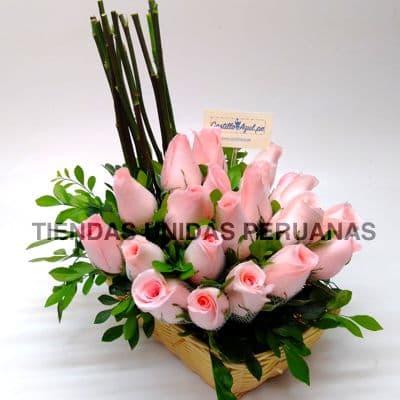 Arreglo de Rosas 05 - Codigo:XBR05 - Detalles: Hermoso arreglo compuesto por 20 rosas , palitos r�sticos, plantas y follajes de estaci�n, todo en una linda cesta de mimbre, incluye una tarjeta de dedicatoria.  Este producto deber� ser ordenado con 2 dias utiles de anticipaci�n. Si el pedido es realizado el mismo d�a  nuestra tienda podr� cambiar el color de las rosas. - - Para mayores informes llamenos al Telf: 225-5120 o 4760-753.