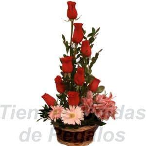Arreglo de Rosas 11 - Codigo:XBR11 - Detalles: Pequeño detalle compuesto por 9 rosas importadas, acompañadas por astromelias, margaritas, plantas y follajes de estación, en una bonita base de mimbre, incluye una tarjeta de  dedicatoria.  - - Para mayores informes llamenos al Telf: 225-5120 o 4760-753.