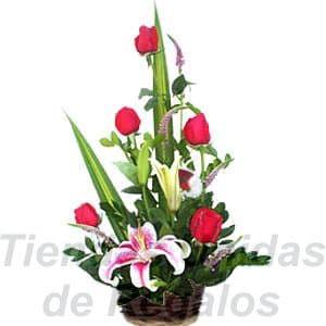 Arreglo de Rosas 14 - Codigo:XBR14 - Detalles: Lindo presente de 5 rosas acompañados de Imponentes liliums, gracenia y follajes de estación, todo en una linda base de mimbre, incluye una tarjeta de dedicatoria. - - Para mayores informes llamenos al Telf: 225-5120 o 4760-753.