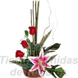 Arreglo de Rosas 16 - Codigo:XBR16 - Detalles: Peque�o detalle compuesto por 3 preciosas rosas, Una flor de lilium, palitos r�sticos, follajes de estaci�n, todo en una linda base de mimbre, incluye una tarjeta de dedicatoria.  - - Para mayores informes llamenos al Telf: 225-5120 o 4760-753.
