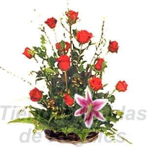 Arreglo de Rosas 17 - Codigo:XBR17 - Detalles: Hermoso arreglo floral compuesto por 12 rosas importada mas un lilium y follajes de estacion, todo en una linda cesta de mimbre, incluye una tarjeta de dedicatoria. - - Para mayores informes llamenos al Telf: 225-5120 o 4760-753.