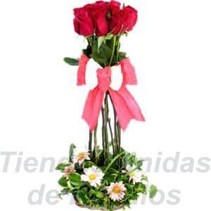 Arreglo de Rosas 21 - Codigo:XBR21 - Detalles: Hermoso topiario de 5 rosas importadas, follaje de estaci�n, todo en una linda base de mimbre, incluye una tarjeta de dedicatoria.  - - Para mayores informes llamenos al Telf: 225-5120 o 4760-753.