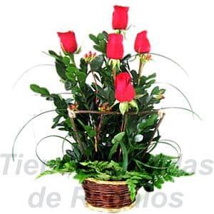 Arreglo de Rosas 22 - Codigo:XBR22 - Detalles: Hermoso arreglo en forma de un jardín de 5 rosas importadas, follajes y plantas de estación, cercado a base de palitos rústicos, todo en una linda base de mimbre, incluye una tarjeta de dedicatoria.  - - Para mayores informes llamenos al Telf: 225-5120 o 4760-753.
