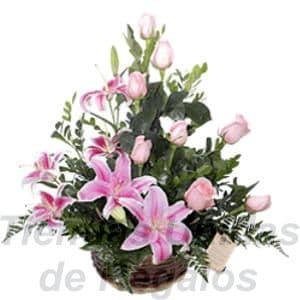 Arreglo de Rosas 26 - Codigo:XBR26 - Detalles: Hermoso arreglo compuesto por 8 rosas en tono rosado, 6 imponentes liliums jaspeados perfumados, plantas y follajes de estaci�n, todo en una elegante base de mimbre, incluye una tarjeta de dedicatoria. Este producto deber� ser ordenado con 2 dias utiles de anticipaci�n. Si el pedido es realizado el mismo d�a  nuestra tienda podr� cambiar el color de las rosas. - - Para mayores informes llamenos al Telf: 225-5120 o 4760-753.