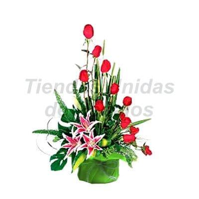 Arreglo de Rosas 28 - Codigo:XBR28 - Detalles: Hermoso arreglo compuesto por  12 rosas rojas con 3 hermosos liliums, este presente viene en una linda base de cer�mica, incluye tarjeta de dedicatoria. - - Para mayores informes llamenos al Telf: 225-5120 o 4760-753.