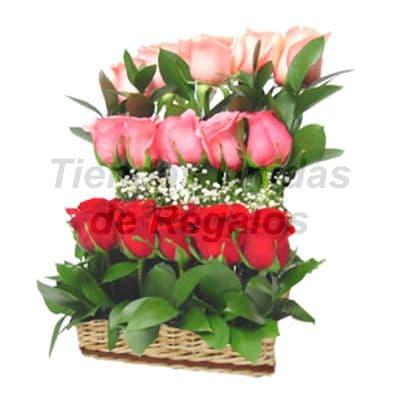 Arreglo  de Rosas 30 - Codigo:XBR30 - Detalles: Hermoso arreglo formando tres escalas compuesto por 15 rosas importadas de  variados colores  y follajes de estación  incluye base de mimbre. Este producto deberá ser ordenado con 2 dias utiles de anticipación. Si el pedido es realizado el mismo día  nuestra tienda podrá cambiar el color de las rosas. - - Para mayores informes llamenos al Telf: 225-5120 o 4760-753.
