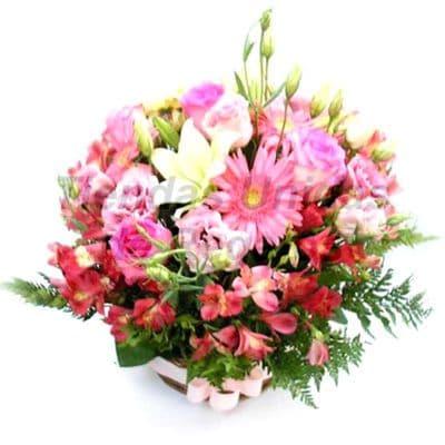 Flores 21 - Codigo:XFR21 - Detalles: Elegantes flores con 7 rosas importadas, margaritas y  plantas de decoraci�n, incluye tarjeta de dedicatoria. El presente veniene en base ceramica Este pedido se realiza con 24 horas de anticipaci�n. - - Para mayores informes llamenos al Telf: 225-5120 o 4760-753.