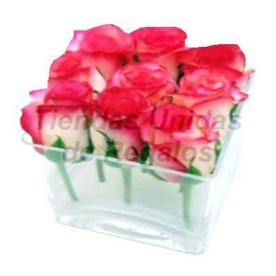Florero 31 - Codigo:XFR31 - Detalles: Elegante florero de 9 rosas en tono blanco y rojo importadas, incluye tarjeta de dedicatoria. Este pedido se realiza con 24 horas de anticipaci�n. - - Para mayores informes llamenos al Telf: 225-5120 o 4760-753.
